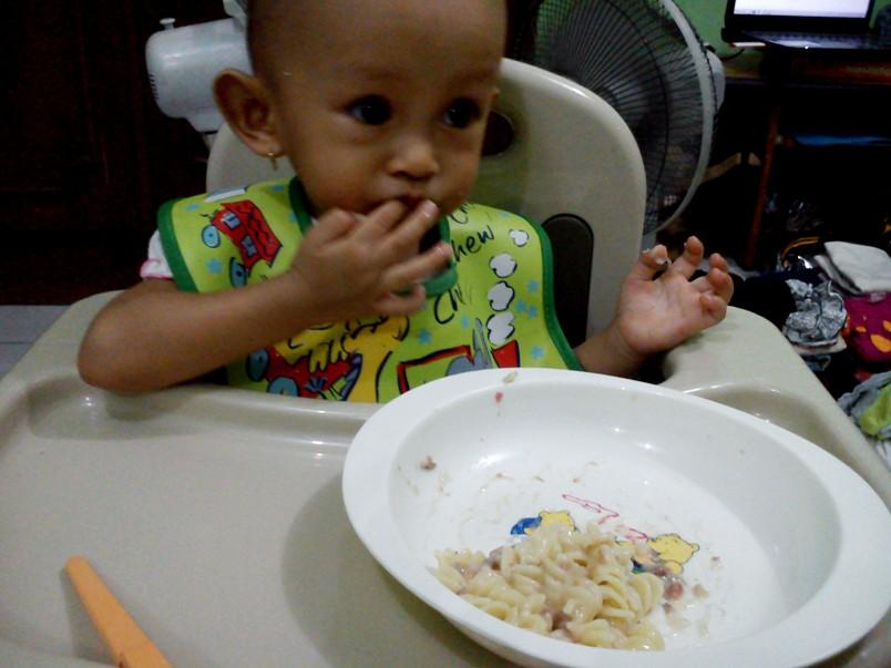Naia Makan Sendiri